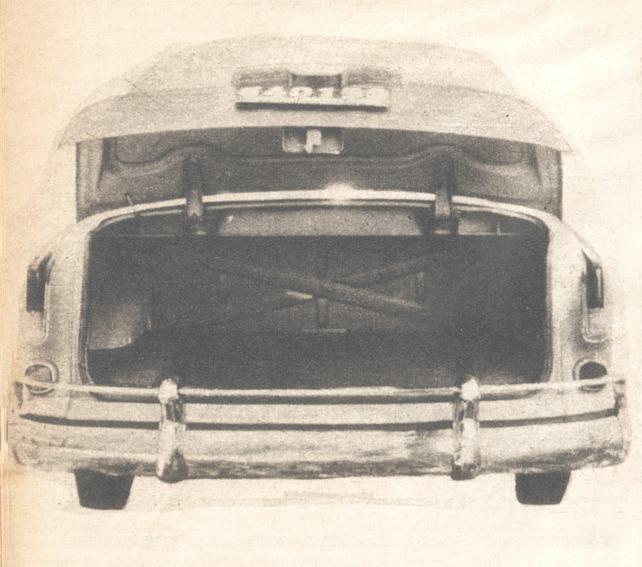 Parte trasera del Borgward Isabella de 1960 con su tapa de baúl abierta. Foto de la revista Parabrisas de febrero de 1961.