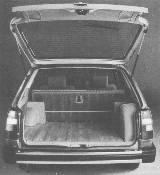 La cola del Renault 18 TX Break de 1981 con la puerta trasera abierta. Foto de la revista Su Auto de noviembre de 1981.