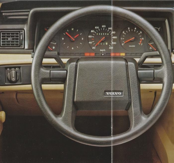 Tablero del Volvo 740 GLE de 1985. La imagen corresponde a un folleto de la empresa AB Volvo de 1985.