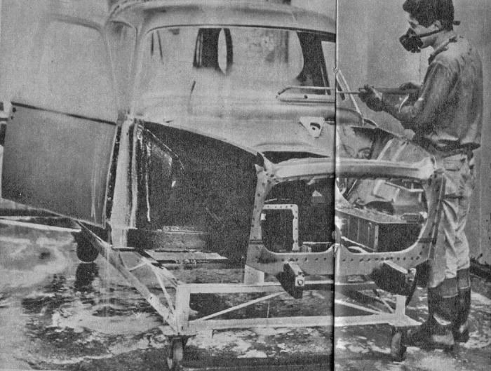 Otra toma de Nordex SA en este caso vemos el casco de un Peugeot 403. La fotografía es de la revista Parabrisas 74 de febrero de 1967.