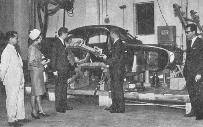 La visita del embajador sueco en Uruguay y su señora esposa observando la planta de armado de Automotora Boreal SA. La fotografía es de la revista Parabrisas 74 de febrero de 1967.