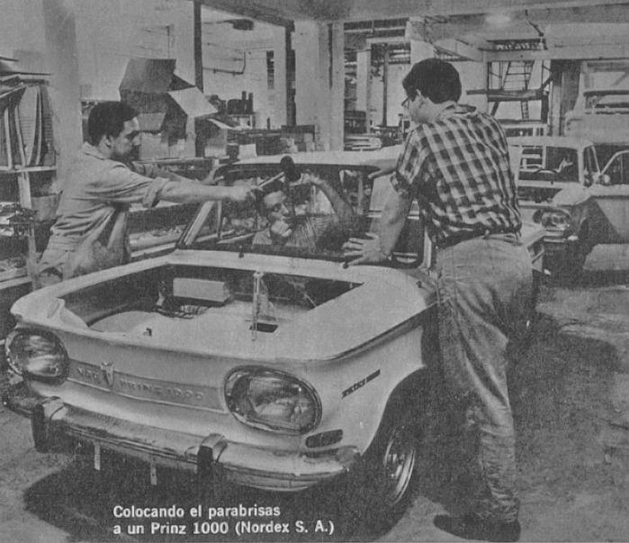 La colocación de un parabrisas en un NSU Prinz 1000 en Nordex SA. La fotografía es de la revista Parabrisas 74 de febrero de 1967.