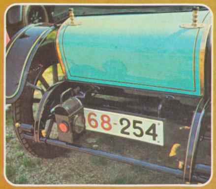 Faro trasero que alumbra a la patente. Fotos de la Enciclopedia Salvat del Automóvil de 1974.