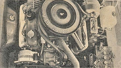 Vista del motor V8 de 318 pulgas cúbicas de la Dodge GTX modelo 1970 con motor V8. La fotografía es de la revista Parabrisas Corsa número 240 del 24 de noviembre de 1970.