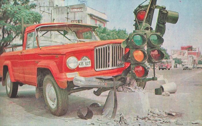 Uno de los tantos accidentes ocasionados por las balizas de la ciudad de Buenos Aires. Fotografía de la revista Parabrisas número 65 de mayo de 1966.
