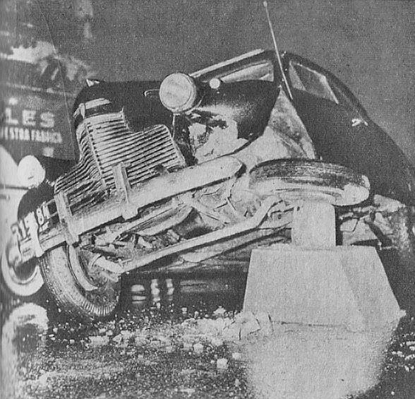 Un viejo automóvil dañado por una de las primeras balizas porteñas instaladas sobre la calzada de la Avenida Santa Fe. Fotografía de la revista Parabrisas número 14 de enero de 1962.