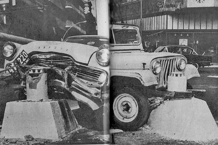 Un Ford Zephyr y un Jeep IKA accidentados en sendas balizas. Fotografía de la revista Parabrisas número 41 de abril de 1964.