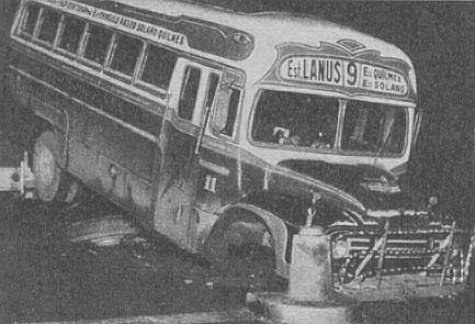 Hasta los colectivos fueron víctimas de las balizas de Buenos Aires como este Bedford de la línea 9 que perdió el tren delantero y su chofer quedó herido. Fotografía de la revista Parabrisas número 45 de agosto de 1964.