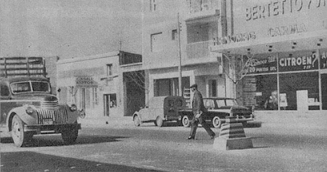 Una baliza en una avenida de la ciudad de Mendoza. El ejemplo de Buenos Aires comenzaba a ser copiado. Fotografía de la revista Parabrisas número 48 de noviembre de 1964.