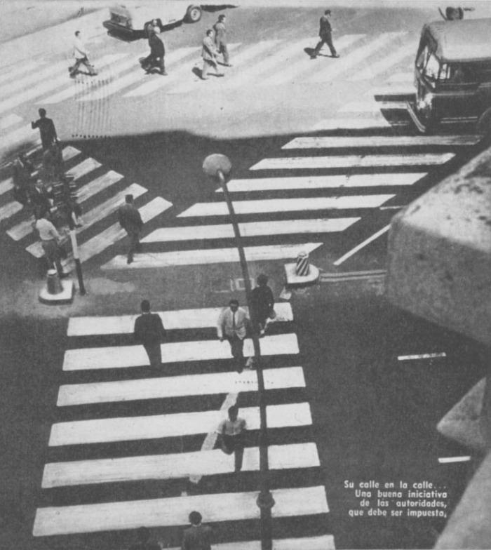 Una toma aérea de la disposición de las balizas en una avenida de la ciudad de Buenos Aires. Fotografía de la revista Parabrisas número 44 de julio de 1964.