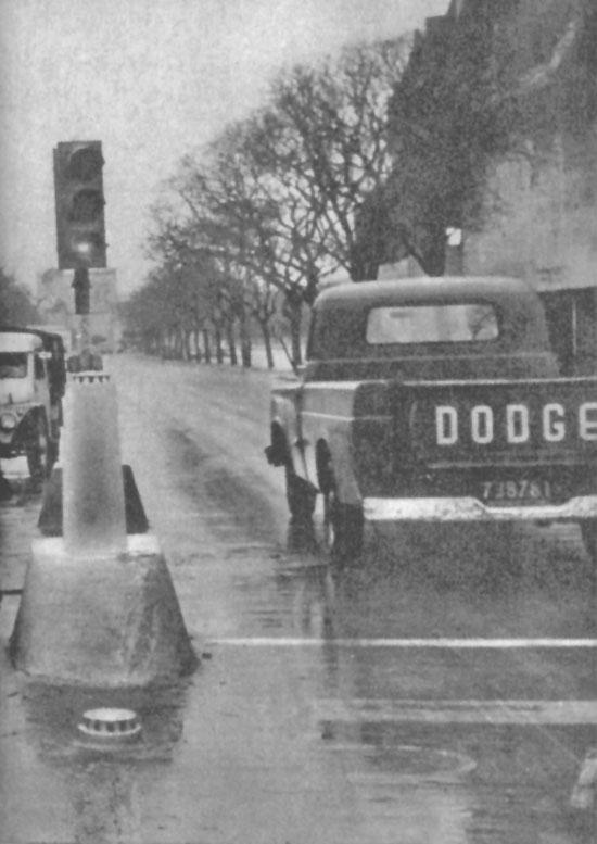 El semáforo de la fotografía estaba ubicado enfrente del estadio River Plate sobre la Avenida Figueroa Alcorta. Cuando se optó por colocar un semáforo aéreo los accidentes desaparecieron. Fotografía de la revista Parabrisas número 65 de mayo de 1966.