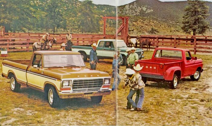 De izquierda a derecha: version Regular Cab, SuperCab o cabina extendida y Flareside o caja chica de carga de las camionetas Ford del año 1979. Fotografía de un folleto de la empresa Ford Motor Company de julio de 1978.