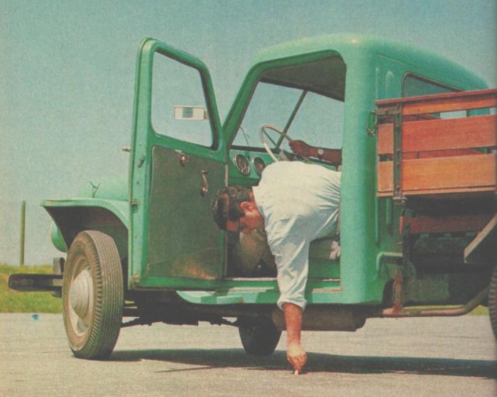 Tomando el diámetro de giro del Rastrojero Diésel de 1963 en el road test número 24 de la revista Parabrisas. Foto de la revista Parabrisas número 39 de febrero de 1964.