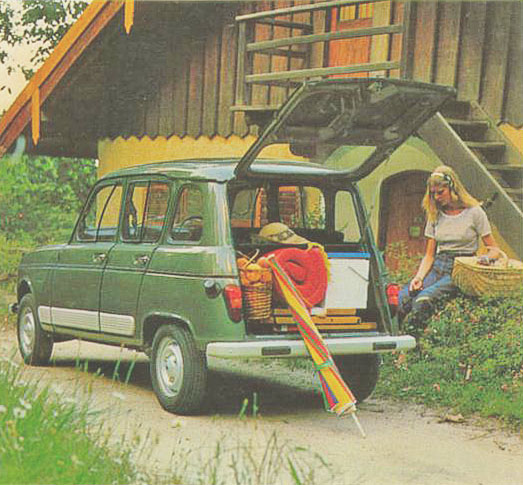 El portón trasero abierto del Renault 4 S modelo 1981. Fotografía de un folleto de la empresa Renault Argentina.