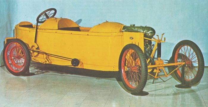 Bédélia 8 HP de 1911 donde se aprecian las plazas en tándem y el sistema de dirección por el giro de todo el tren delantero. La fotografía fue tomada de la Enciclopedia Salvat del Automóvil, Volumen 2 del año 1974.