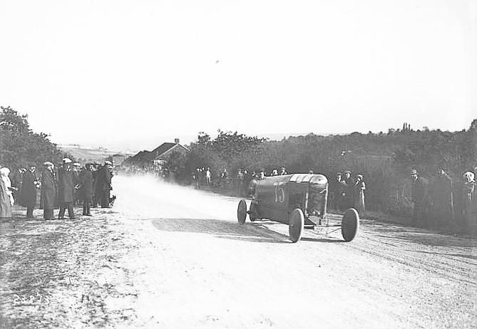 Acá vemos al Bédélia  en la carrera de trepada de Gaillon el 6 de octubre de 1912. La foto antigua pertenece al siguiente sitio: http://gallica.bnf.fr/ark:/12148/btv1b6921670f.r=bedelia.langES