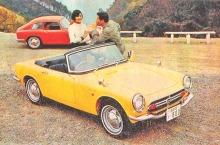 Los dos modelos del Honda S 800 de 1967. Al fondo la cupé de color rojo y al frente el convertible de color amarillo. El otro color disponible era el blanco. La fotografía apareció publicada en la revista Parabrisas número 73 de enero de 1967.