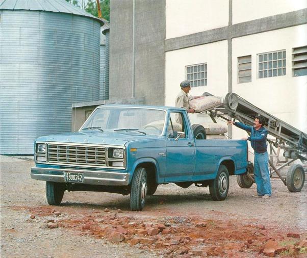 Camioneta Ford F-250 del año 1981 equipada con el motor diésel de 6 cilindros en línea. Fotografía de un folleto de Ford Motor Argentina de junio de 1981.