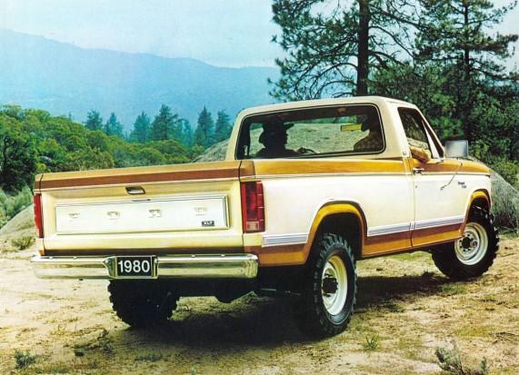 Ford Ranger XLT F-100 del año 1980 con doble tracción y pintada en la opción Combination Tu-Tone. Fotografía de un folleto de la empresa Ford Motor Company de agosto de 1979.