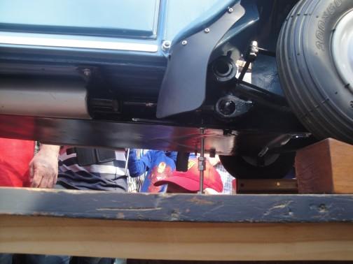 La suspensión delantera y el babero de goma.