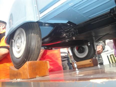 La suspensión trasera y la rueda en primer plano.