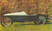 A.V. del año 1921 con motor bicilíndrico de una sola plaza (monocar) con caja de dos velocidades sin marcha atrás de Gran Bretaña.