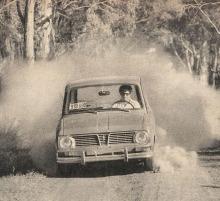 Renault 6 de 1970 en medio de un camino de tierra.